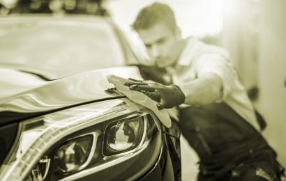 Você sabe como remover adesivo do carro?